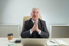 Zakenman Praying voor Succesvolle Onderhandelingen royalty-vrije stock afbeelding