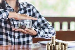 Zakenman Protecting Coins Financieel veiligheidsconcept royalty-vrije stock foto
