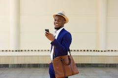 Zakenman Reading Text Message op Mobiele Telefoon Stock Foto's