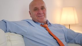 Zakenman Relaxing op Sofa Smiling Happy aan Camera stock footage
