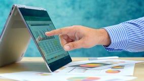 Zakenman richtende en uitbreidende grafieken op moderne laptop van het aanrakingsscherm royalty-vrije stock foto