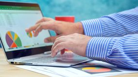 Zakenman richtende en uitbreidende grafieken op moderne laptop van het aanrakingsscherm stock afbeelding