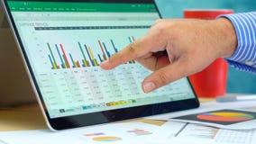 Zakenman richtende en uitbreidende grafieken op moderne laptop van het aanrakingsscherm royalty-vrije stock afbeelding