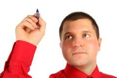 Zakenman in rood overhemd met in hand pen Stock Fotografie