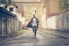 Zakenman Running Jonge mens die in de straat lopen royalty-vrije stock foto