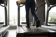 Zakenman Running On Treadmill in Gymnastiek Royalty-vrije Stock Afbeelding