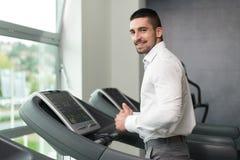 Zakenman Running On Treadmill in Gymnastiek royalty-vrije stock foto