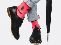 Zakenman, in schoenen, jeans en heldere sokken royalty-vrije stock afbeeldingen
