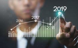 Zakenman Showing Growing Statistic Financiële 2019 stock foto