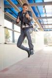 Zakenman springen, gelukkig over de succesvolle conclusie van a stock foto's
