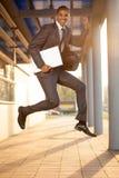 Zakenman springen, gelukkig over de succesvolle conclusie van a stock afbeeldingen