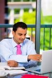 Zakenman of student die hard bij laptop en het schrijven werken stock afbeeldingen