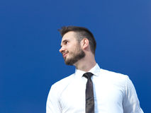 Zakenman tegen blauwe achtergrond Stock Foto
