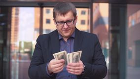 Zakenman tellend geld die zich dichtbij commercieel centrum bevinden stock footage