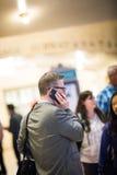 Zakenman Traveling en op de Telefoon in Grand Central Subw stock afbeeldingen