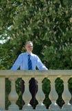 Zakenman in tuin tijdens lunchtijd Stock Fotografie