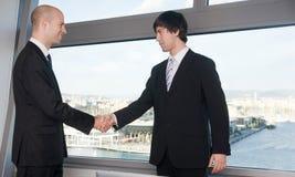 Zakenman twee die een handdruk over een overeenkomst maken Stock Foto's