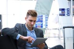 Zakenman Using Digital Tablet in de Zitkamer van het Luchthavenvertrek royalty-vrije stock foto's