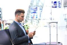 Zakenman Using Digital Tablet in de Zitkamer van het Luchthavenvertrek royalty-vrije stock fotografie