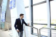 Zakenman Using Digital Tablet in de Zitkamer van het Luchthavenvertrek stock fotografie