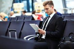 Zakenman Using Digital Tablet in de Zitkamer van het Luchthavenvertrek stock foto