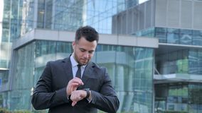 Zakenman Using Smartwatch terwijl het Lopen naar Bureau stock video