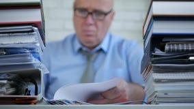 Zakenman vaag beeld in tellende de boekhoudingsdocumenten van de bureauruimte stock footage