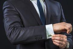 Zakenman verbeterende cufflinks royalty-vrije stock foto's