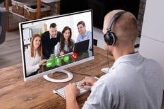 Zakenman videoconfereren op computer stock afbeeldingen