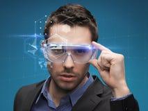 Zakenman in virtuele glazen Stock Foto's