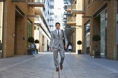 Zakenman Walking To Work langs Stadsstraat royalty-vrije stock afbeelding
