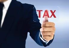 Zakenman wat betreft belastings virtuele knoop Concept belastingen door individuen en bedrijven wordt betaald dat stock afbeeldingen