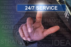 Zakenman wat betreft 24-7 de dienstknoop op het virtuele scherm Royalty-vrije Stock Fotografie