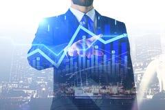 Zakenman wat betreft digitale financiële grafiek royalty-vrije stock afbeeldingen