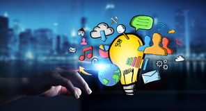 Zakenman wat betreft getrokken hand lightbulb en de pictogrammen van verschillende media Stock Afbeelding