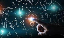 Zakenman wat betreft getrokken hand lightbulb en pijlen met zijn FI Stock Afbeeldingen