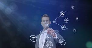 Zakenman wat betreft het virtuele digitale interfacescherm stock video