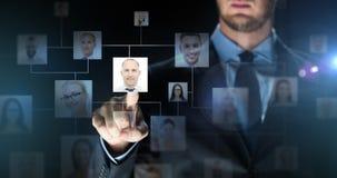 Zakenman wat betreft het virtuele scherm met contacten Royalty-vrije Stock Foto's