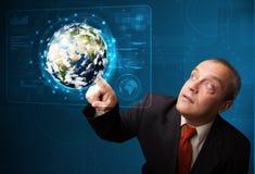 Zakenman wat betreft high-tech 3d aardepaneel Stock Afbeelding