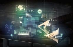 Zakenman wat betreft interactief modern bureau met technologieico Royalty-vrije Stock Fotografie