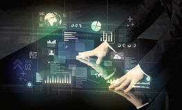 Zakenman wat betreft interactief modern bureau met technologieico Stock Afbeelding