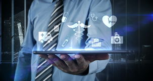 Zakenman wat betreft virtueel digitaal interfacepictogram op digitale tablet stock footage