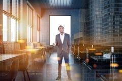 Zakenman in winkel de voor de betere inkomstklasse van de zolderkoffie, venster Stock Foto's