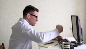 Zakenman Working With Computer op Kantoor stock video