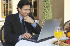 Zakenman Working On Laptop stock foto