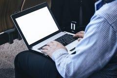 Zakenman Working op Laptop Bedrijfsreisconcept Stock Afbeelding