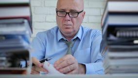 Zakenman Working in Uitgezocht Boekhoudingsbureau en Archiefdocumenten stock footage