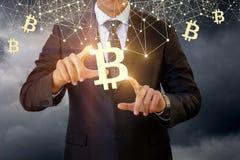 Zakenmanaanrakingen van het bitcoinsymbool Royalty-vrije Stock Afbeeldingen