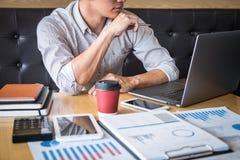 Zakenmanaccountant het werk controle en het berekenen de balansverklaring van het uitgaven financi?le jaarlijkse financi?le versl royalty-vrije stock afbeelding