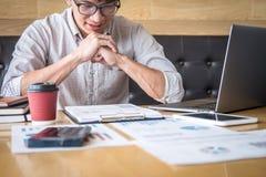 Zakenmanaccountant het werk controle en het berekenen de balansverklaring van het uitgaven financi?le jaarlijkse financi?le versl royalty-vrije stock afbeeldingen